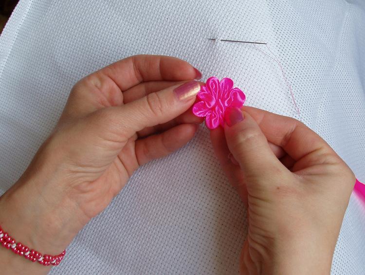 Маленький цветочек из ленты своими руками 10