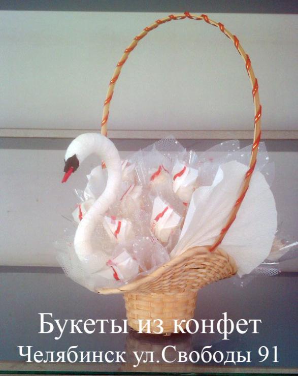 Букет из конфет в лебеде