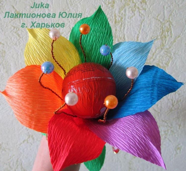 Цветок из киндера и гофрированной бумаги своими руками